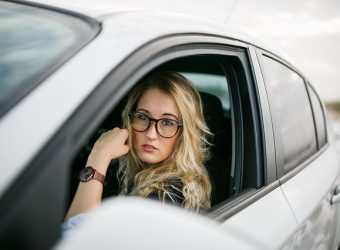 mujer conductora coche autos