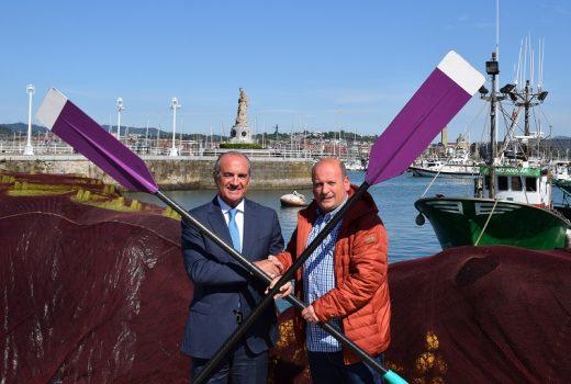 Julio Artetxe y Miguel Ángel Lujua cruzan remos en el puerto de Santurtzi