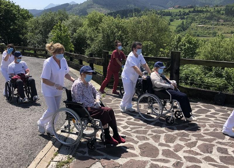 Profesionales y personas mayores de la residencia IMQ Igurco Orue